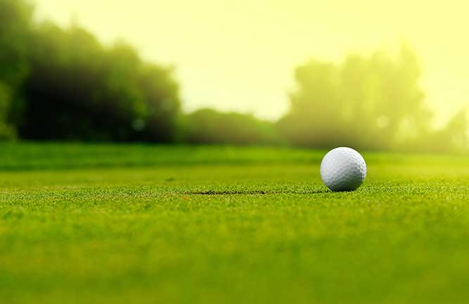 Putting green and golf ball (Photo: Photozek07/iStock/Getty Images Plus/Getty Images)