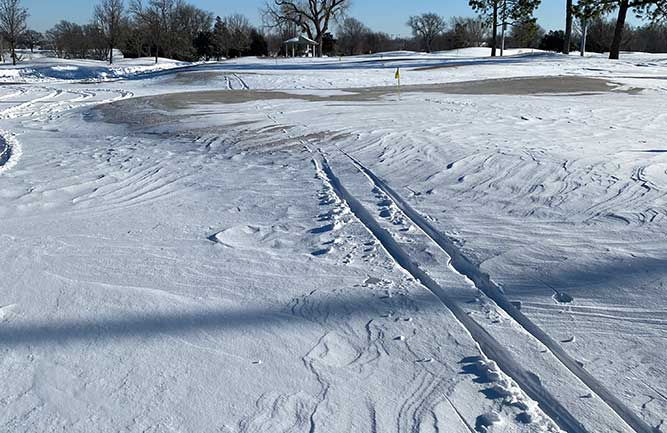A cross country skier skied over one of the greens at LaFortune Park GC in Tulsa, Okla. (Photo: Scott Schurman)